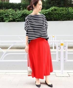 ボーダートップスに赤のとろみスカート、黒のパンプスを合わせたコーデ