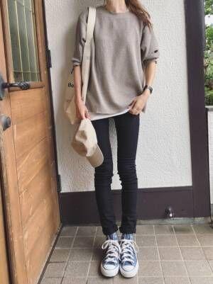 ベージュのワッフルTシャツに黒スキニーを合わせた女性