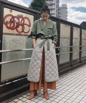 ドッキングトレンチコートを着た女性