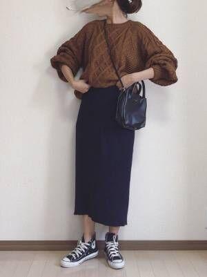 ブラウンニットにネイビースカートの女性