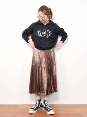 GAPの黒パーカーにブラウンのメタリックプリーツスカートを合わせたコーデ