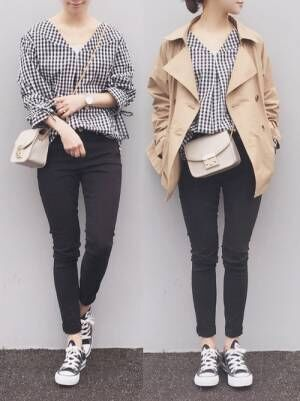 ギンガムチェックのブラウス、黒のスキニーパンツにベージュのショートトレンチコートを着た女性