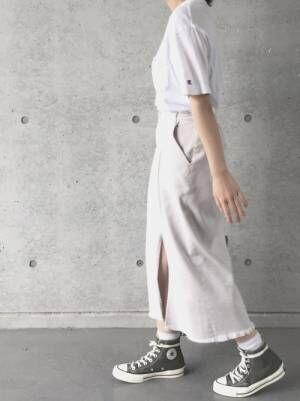 白Tにスリット入りスカート、グレーのコンバースを合わせたコーデ