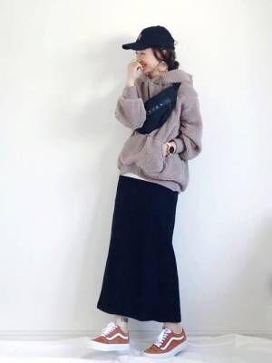 スカートとボアアウターの女性
