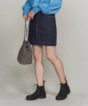 ブルーのスウェットにデニムミニスカート、ブーツを合わせたコーデ