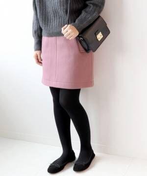 ピンクのミニスカートに黒タイツ、バレエシューズを合わせたコーデ