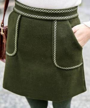 カーキの刺繍デザインポケット付きミニスカート