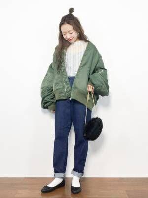 デニムパンツにカーキMA-1を着た女性