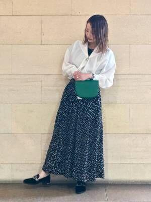 白ブラウスにドットスカートにグリーンウエストポーチのコーデ