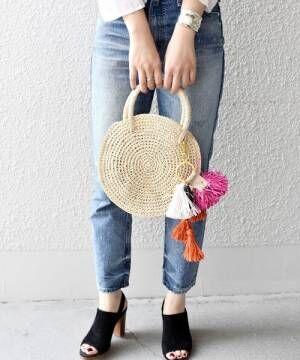 サークルかごバッグを持った女性