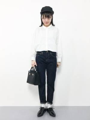 白いシャツにデニムを合わせておじ靴を履いた女性