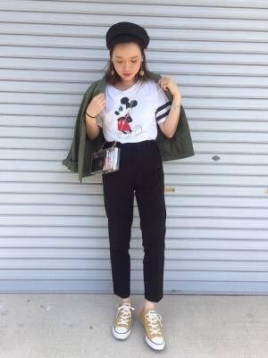 Tシャツにデニムを合わせてクリアバッグを持った女性
