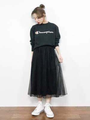 黒のスウェットに黒のチュールスカートを合わせた女性