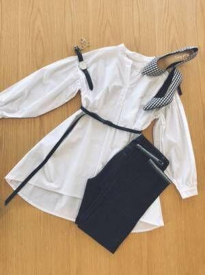白シャツにユニクロハイライズシガレットジーンズの置き画