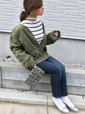 ボーダーニットにユニクロシガレットジーンズを履いた女性