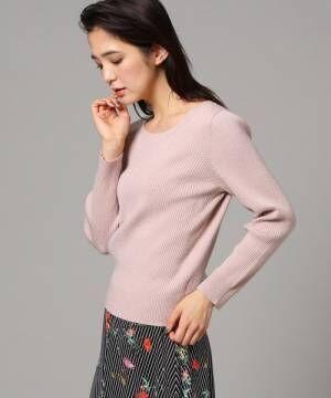 ピンクのリブニットを着た女性