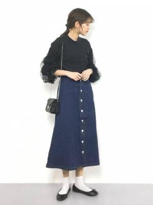 黒チュールトップスにデニムフロントボタンスカートのコーデ