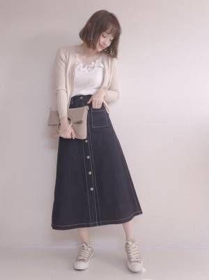 ベージュカーデにデニムフロントボタンスカートのコーデ