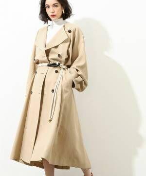 トレンチコートベルト付きを着た女性