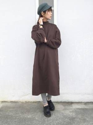 ブラウンのスウェットワンピにグレーのリブレギンスを履いた女性