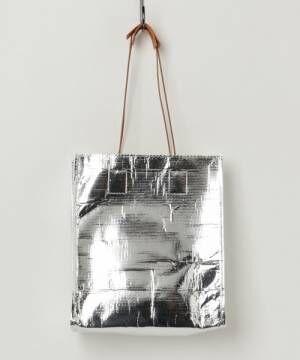 シルバーのシートトートバッグの画像