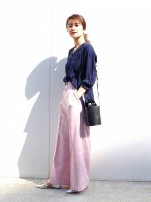 ネイビーシャツにピンクチェックパンツのコーデ