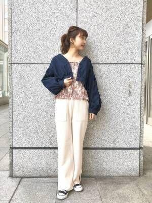 デニムジャケットに花柄トップスに白パンツのコーデ