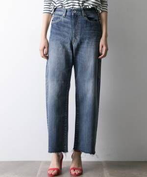ボーダートップスにデニムパンツを履いた女性