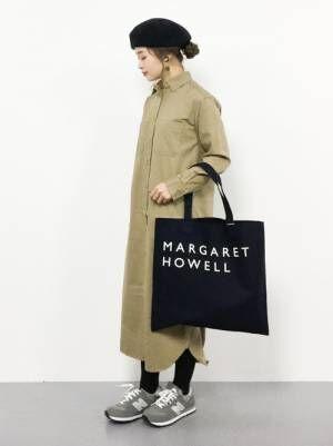 ベージュのシャツワンピにマーガレットハウエルのトートバッグを持った女性