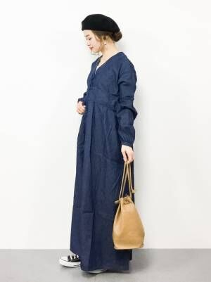 ネイビーのワンピースを着た女性