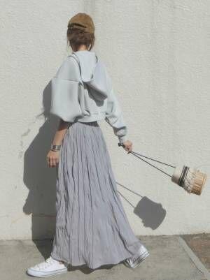 グレーパーカーにグレースカートのワントーンコーデをした女性