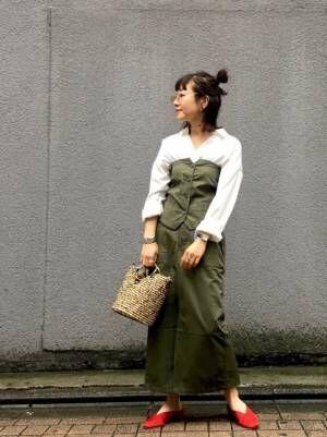 ビスチェのセットアップを着た女性