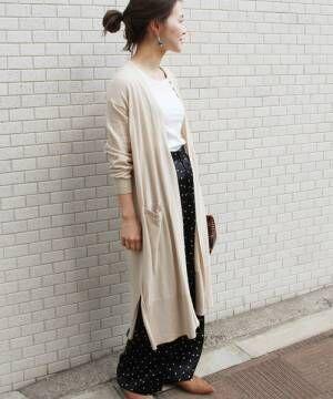 白Tにドットパンツを履きロングカーディガンを着た女性