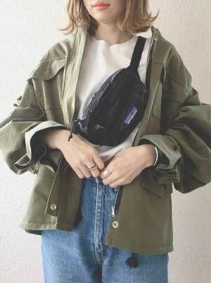 カーキシャツにデニムパンツに黒のウエストポーチコーデ