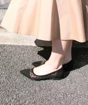 黒のチュールパンプスを履いた女性