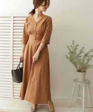 ブラウンのロングワンピースを着た女性