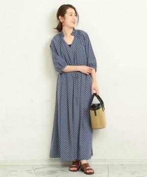 ブルーのドット柄ワンピースを着た女性