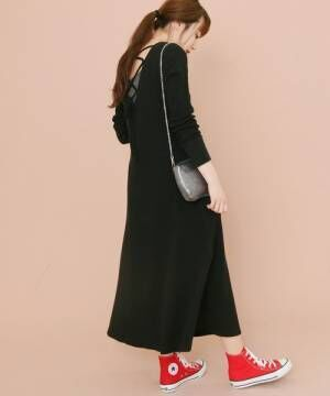 黒のサーマルワンピースを着た女性