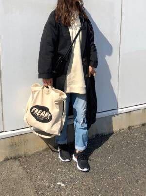 ミニバッグと2個目のトートバッグを持った女性