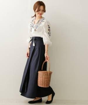 刺繍ブラウスにネイビーマキシスカートのコーデ
