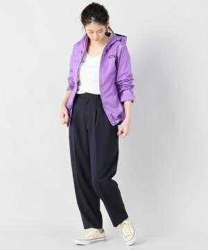 紫のパタゴニアマウンテンパーカーとパンツの春コーデ