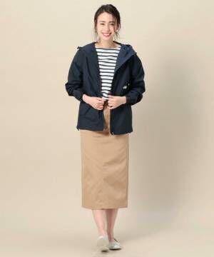 ジャージ素材のマウンテンパーカーとタイトスカートを履いた女性