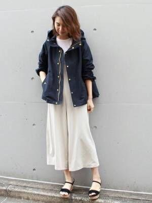 紺のフード付きマウンテンパーカーと白パンツの春コーデ