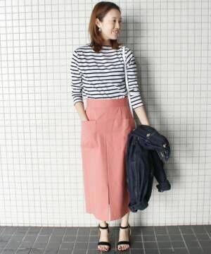 ボーダーカットソーにくすみピンクスカートのコーデ