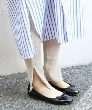 ストライプシャツワンピにレギンスを履いた女性