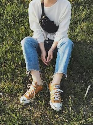 白のワッフルTにカットオフデニムパンツを履いた女性