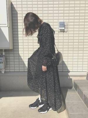 黒の星柄ワンピースを着た女性