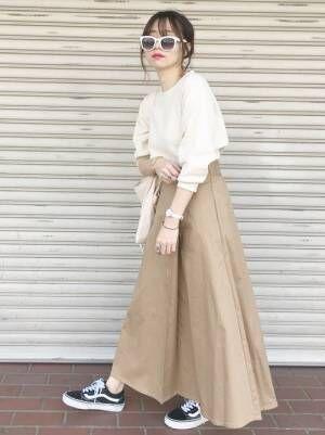 ユニクロのワッフルTシャツにチノフレアスカートを合わせた女性