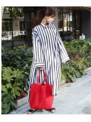 ストライプシャツワンピを着た女性