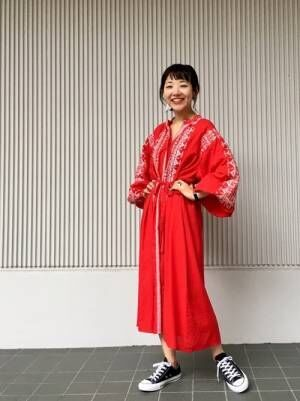 赤の刺繍ワンピースを着た女性